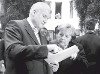 ?? ANDREAS RENTZ/GETTY IMAGES ?? Merkel with Bavarian leader Horst Seehofer in 2009 before a news conference on steps to fight the euro-zone financial crisis.