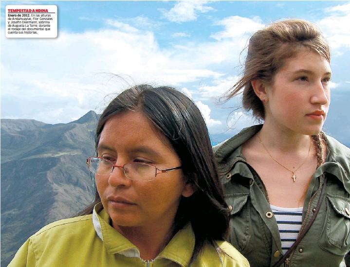 ??  ?? TEMPESTAD ANDINA Enero de 2012. En las alturas de Andahuaylas, Flor Gonzales y Josefin Ekermann, sobrina de Augusta La Torre, durante el rodaje del documental que cuenta sus historias.