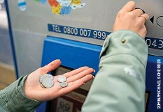 ??  ?? Bargeld wird oft nur noch bei Kleinbeträgen verwendet.