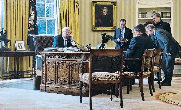 ?? MANDEL NGAN / AFP ?? Despedidos. Trump habla con Putin el pasado enero, nada más tomar posesión, en presencia de cuatro asesores clave que ya han dimitido; de izquierda a derecha son: Priebus (jefe de gabinete), Flynn (seguridad), Spicer (portavoz) y Bannon (estratega)