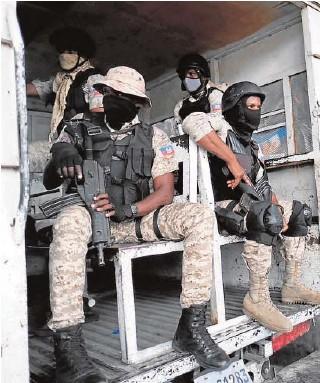 ?? // REUTERS ?? Policías haitianos patrullan por Puerto Príncipe