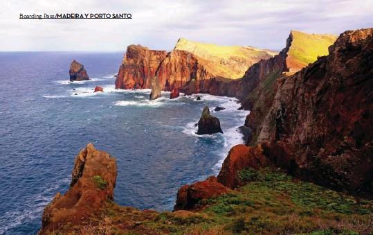 ??  ?? Rutas y miradores de Madeira. Arriba: La punta de San Lorenzo, en el noreste de Madeira, soprende con sus acantilados de tonos pardos y rojizos en contraposición con el verde de la isla. Derecha: Las rutas que transcurren paralelas a las antiguas levadas conducen a paisajes exuberantes del interior.