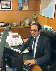 ??  ?? Al lavoro L'ex consigliere catalano Josep Rull nel suo ufficio