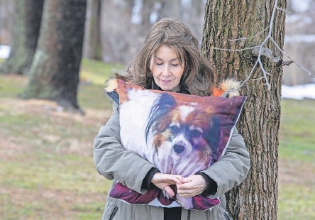 ?? TANYA BREEN/ USA TODAY NETWORK ?? Rhonda Bomwell of Somerset, N. J., lost her 9- year- old Papillon, Pierre, in June because of side effects from wearing a popular flea and tick collar for pets. Regulators have done nothing to inform the public of the risks.