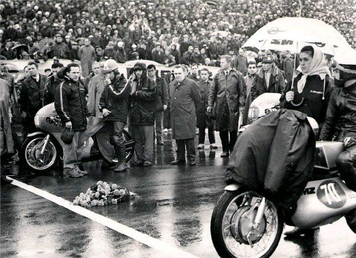 ??  ?? ABOVE: Giacomo Agostini and Heinz Rosner next to Ago's MV in pole position, with a bouquet of red carnations laid in Ivy's grid slot at the start of the 350cc race the next day