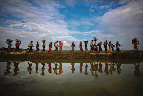 ?? (HANNAH MCKAY/REUTERS) ?? Des réfugiés rohingyas l'année de leur grand exode, près de Cox's Bazar, au Bangladesh.