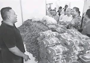 ??  ?? PRODUK ARI SARAWAK: Anthony enggau bala bukai raun ngelawa palan mandangka produk orang dagang Sarawak rambau karnival nya kemari.