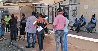 ?? JACQUES NAUDE African News Agency (ANA) ?? PEOPLE queuing outside Home Affairs in Pretoria. It is an open secret that many foreign nationals have acquired IDs fraudulently and are voting for their principals in large numbers, says the writer. |