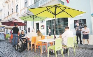 ?? Juan.martinez@gfrmedia.com ?? La merma en servicios que se ofrecen en el Viejo San Juan, el alto costo del mantenimiento de las propiedades y los pocos espacios de estacionamiento motivó a muchos residentes a dejar la ciudad.