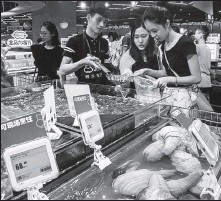 ?? LI ZHIHAO / FOR CHINA DAILY ?? Consumers purchase seafood at a Hema Fresh membership store in Guangzhou, Guangdong province.