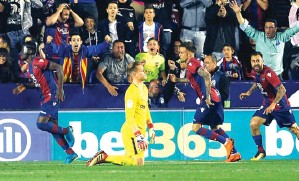?? ALBERTO SAIZ/AP PHOTO ?? HUJAN GOL: Marc-Andre Ter Stegen (dua dari kiri) saat gawangnya kebobolan oleh gol keempat Levante.