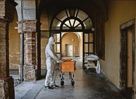 ?? Foto: Fabio Bucciarelli («The New York Times», Redux/Laif) ?? «Die Ursünde»: Das Spital in Alzano machte am 23. Februar 2020 zu – und wieder auf. Warum nur?