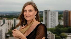 ??  ?? La trompista alpina Anna Katharina Schumann sobre el tejado de un bloque de viviendas de Dresde.