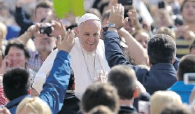 ?? VINCENZO PINTO/AGENCE FRANCE- PRESSE/ GETTY IMAGES ?? Pope Francis told his audience at St. Peter's Square Wednesday that it's 'pure scandal' that women earn less than men for doing the same work.