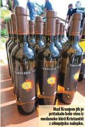 ??  ?? Nad Kranjem jih je pričakalo belo vino iz medanske kleti Kristančič z olimpijsko nalepko.