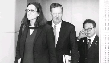 ??  ?? US Trade Representative Lighthizer (centre), European Trade Commissioner Cecilia Malmstrom (left) and Japan's Minister of Economy, Trade and Industry Hiroshige Seko take part in a meeting to discuss steel overcapacity, in Brussels, Belgium. EU and...