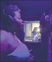?? KIKI BRYANT ?? Rashida Bryant sings at a home recording studio in Long Island, N.Y. Bryant, 44, is an Atlanta-based voice instructor throughWyzant, an onlinemarketplace for private tutors, who sawher client roster double fromApril to June.