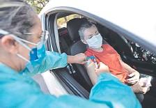 ??  ?? Una mujer recibe una vacuna contra el covid-19, en el marco de la campaña iniciada en Brasilia, capital brasileña.