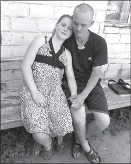 ??  ?? Сергій Коцюба обнімає Наталію Дядькову із села Дроздівка Куликівського району на Чернігівщині. В жовтні пара чекає на народження доньки. Назвуть її Поліною