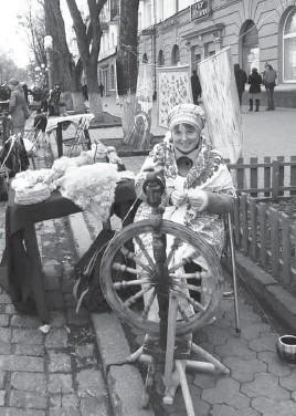 ??  ?? Світлана Прохорчук комфортно почувається за прядкою й на пішохідній вулиці в центрі Полтави.