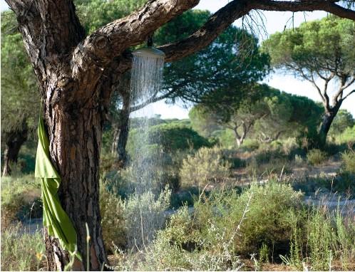 ??  ?? Non loin du village de Comporta, au Portugal, cette vaste pinède sert d'écrin aux habitations contemporaines imaginées par le studio d'architecture João de Almeida et Pedro Ferreira Pinto associés. Aménagée au beau milieu du domaine, et à quelques mètres de la piscine, la douche se prend à l'ombre des arbres.