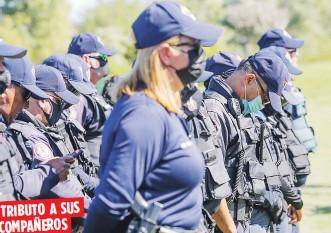 ?? David.villafane@gfrmedia.com ?? Los policías asesinados el lunes fueron homenajeados ayer en una emotiva ceremonia en el jardín del Centro de Servicios de Isla Verde.