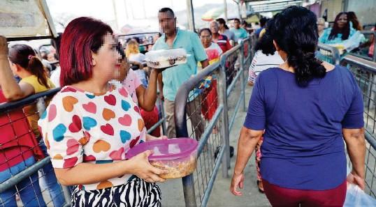 ?? ÁNGEL AGUIRRE ?? ► Mujeres que acuden a las visitas en la Penitenciaría de Guayaquil pasan por un proceso de revisión riguroso. Sin embargo, sigue el ingreso de armas.