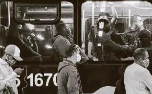 ?? Rivaldo Gomes - 8.jun.20/folhapress ?? Ônibus em ponto do Grajaú, na zona sul de São Paulo; motoristas e cobradores dizem que estão expostos ao coronavírus e cobram vacinação
