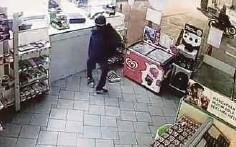 ??  ?? KES samun stesen minyak membabitkan suspek bersenjatakan kapak.