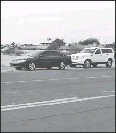 ??  ?? un PAR DE VEhíCuLOS se ven estacionados a corta distancia de letrero de no estacionarse, en la avenida 10, casi frente a la escuela Ed Pastor. El Departamento de Policía de San Luis anunció el redoble del patrullaje en zonas escolares para dectetar infractores.