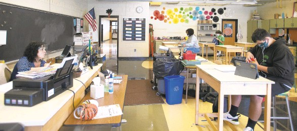 ?? MORNING CALL RICK KINTZEL/THE ?? Barb Resto, an art teacher of 18 years at Catasauqua High School, juggles teaching seven students in her physical classroom and another 16 following along online.