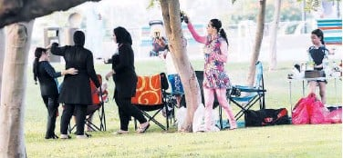 ??  ?? ↑ Families bonded over get-togethers in parks.