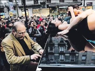 ??  ?? Santos tocando en la Rambla en el 2009 con una pareja sobre el piano