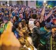 ?? Foto: dpa ?? In Belgien feierten die Menschen das Ende der Ausgangssperre.