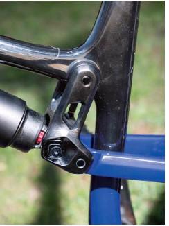 ??  ?? Ici le réglage Ride 9 qui permet de peaufiner la géométrie, et de modifier l'allure de la courbe d'amortissement de la suspension arrière rendant le vélo plus confortable, plus précis ou plus progressif. Nous pouvons ainsi adapter la suspension à notre façon de rouler. Il permet aussi de rouler avec un amortisseur air ou hélicoïdal. Mais nous nous demandons cependant si un système un peu plus simple avec seulement 3 positions ne pourrait pas suffire.