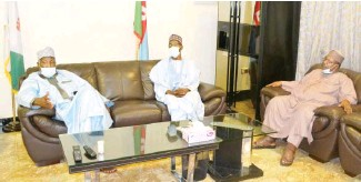 ??  ?? From left: The Gover­nor of Ji­gawa State, Al­haji Mo­hammed Badaru Abubakar; Man­ag­ing Di­rec­tor/CE of Jaiz Bank Plc, Has­san Us­man; and Re­gional Man­ager (North­west), Jaiz Bank, Dr. Nu­rud­deen Li­man Ahmed, dur­ing Jaiz Bank's man­age­ment visit to the gover­nor at the Govern­ment House, Dutse yes­ter­day.