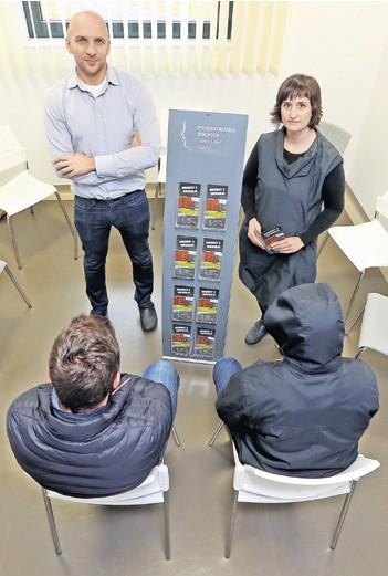 ??  ?? Tim za uspjeh Dr. Davor Bodor i prof. socijalna pedagoginja Ana Rakić pomažu mladićima da se izliječe od ovisnosti o kocki