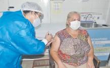 ??  ?? En el Hospital Materno Infantil de Trinidad también se inició ayer la vacunación para personal de terapia intensiva de Asunción.