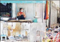 ?? HONG MENEA ?? Meat and vegetable vendors at Phsar Chas Market in Phnom Penh's Daun Penh district demand the use of street stalls.