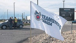?? JASON FRANSON THE CANADIAN PRESS ?? Organizers from Teamsters Canada seek support outside an Amazon facility in Nisku, Alta., Tuesday. If granted by Alberta's labour relations board, the union vote would be the first at an Amazon warehouse in Canada.