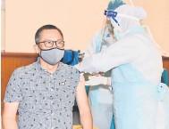 ?? — Gambar Jabatan Penerangan ?? SUNTIKAN VAKSIN: Abdullah ketika menerima suntikan vaksin COVID-19 di Stadium Perpaduan.