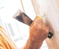 ?? FOTO: CHRISTIN KLOSE/DPA ?? Löcher in der Wand können Heimwerker mit einer fertigen Spachtelmasse verschließen, Gips zum Anrühren ist meist günstiger.
