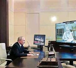 ??  ?? Es läuft für Wladimir Putin: Der Präsident konferierte gestern mit Ella Panfilowa, der Vorsitzenden der Wahlkommission.