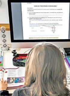 ?? FOTO: DPA ?? Ein Gymnasiast (12) löst am PC daheim Schulaufgaben vom Lehrer.
