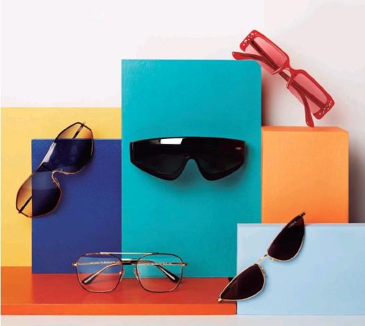 ??  ?? De arriba abajo y de izda. a dcha., gafas G-Vision, con lente degradada (139 €); Zoom In de pasta negra (139 €); modelo SoHo, en rojo con cristales engastados (139 €); 23rd Street, con montura tipo carey y doble arco dorado (139 €); y gafas Lafayette con lente azul (139 €). Todas de Gigi Hadid x Vogue Eyewear.