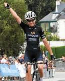 ??  ?? 1. C'est parti pour 112 km ! 2. Audrey Cordon-Ragot a remporté l'épreuve. 3. Marie Le Net, en tête de la Coupe de France, a terminé septième de l'épreuve. 4. La victorieuse du jour s'est fait assaillir par ses fans dès la ligne d'arrivée franchie.