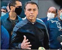 ??  ?? FIRME. Jair Bolsonaro habla con periodistas al salir del hospital.