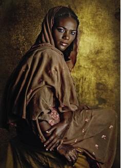 ??  ?? A sinistra, Sandrine, ivoriana-senegalese della tribù Attié. Dopo un periodo dif icile in seguito al divorzio, oggi vive ad Abidjan, Costa d'Avorio, e lavora come agente di commercio.A destra, Rabiya al Adawiya, 28 anni, ivoriana-sudanese: «Sono iera di essere africana. Per le nostre tradizioni, la morale, l'estetica dei colori».