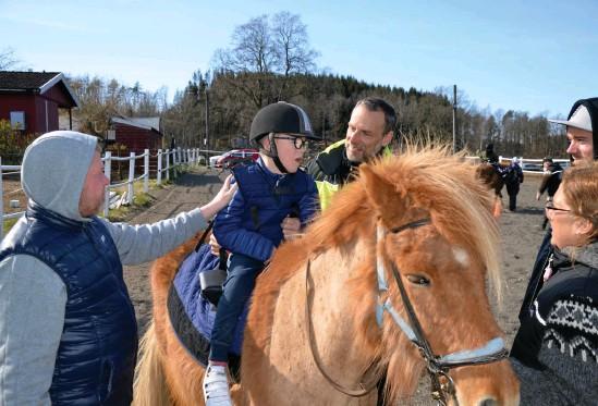 """?? Bild: Max Holmgren ?? Elis Appelgren, nio år, trivdes på hästen. """"Detta blir ju ett sätt för Elis att träna sin balans och sin bålstyrka. Sedan vi började med ridterapin har vi märkt att Elis fått en mycket bättre balans och kan sitta mycket bättre själv, säger pappa Stefan Appelgren."""