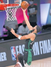 ??  ?? VI­TAL VIC­TORY: The Celtics' Jayson Ta­tum goes for a lay-up dur­ing the sec­ond quar­ter against the Celtics.